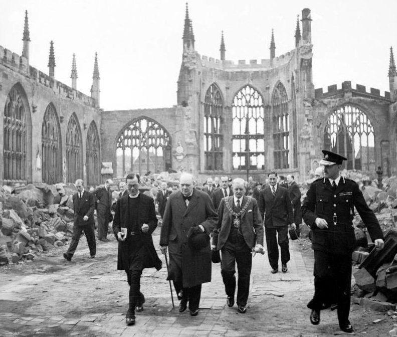 Churchill zu Besuch in der zerstörten Kathedrale von Coventry